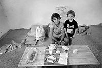 - I fratelli Beppi e Toni Panesi di Massa (Toscana) con le mogli Daniela e Cesarina e famiglie celebrano la festa di Ferragosto nel garage della casa in costruzione di Toni (15 Agosto 1990).<br /> <br /> - Brothers Beppi and Toni Panesi from Massa (Tuscany) with their wives Daniela and Cesarina and families celebrate the mid-August feast in the garage of Toni's house under construction  (15 August 1990)