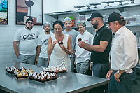 SÃO PAULO, SP, 25.01.2019: DISTRIBUIÇÃO DE BOLO -SP- No aniversário de 465 da cidade de São Paulo, loja de Buddy Valastro, com a presença do Prefeito de São Paulo Bruno Covas, distribui 465 pedaços de bolo de graça para quem passar pela doceria Carlo's Bakery da rua Bela Cintra, 2182, em São Paulo. Na manhã desta sexta-feira (25). (foto: Marivaldo Oliveira/Código19)