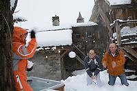"""Europe/France/Rhone-Alpes/73/Savoie/St-Marcel: Hotel-restaurant """"La Bouitte"""" René Meilleur et son fils Maxime jouent aux boules de neige avec le petit fils Oscar"""
