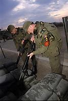 Canadian army soldiers clear their weapon atb the base entry,during the United Nation<br /> 1999 peace mission in Bosnia<br /> <br /> Les soldats de l'armée Canadienne durant la mission de paix de l'ONU en 1999 en Bosnie<br /> <br /> photo : (c)  Images Distribution
