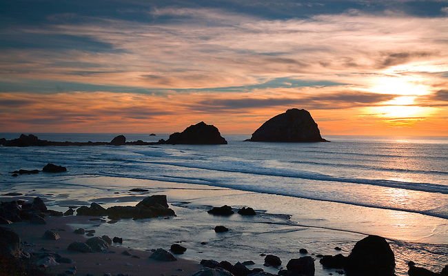 THE SUN SETS ALONG THE PACIFIC COASTLINE AT REDWOODS NATIONAL PARK, CALIFORNIA