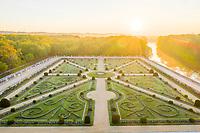 France, Indre-et-Loire (37), Chenonceaux, château et jardins de Chenonceau, le jardin de Diane de Poitiers le matin (vue aérienne)