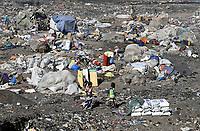 MALI, Bamako, IDP camp Faladjié, Peulh people settled here after ethnic conflicts with Dogon people in the region Mopti, shelter on dumping site  / Flüchtlingslager Faladié auf einem Müllplatz am Stadtrand von Bamako, Peulh Fluechtlinge aus der Region Mopti, zwischen Peul und Dogon kam es in der Region Mopti zu gewaltsamen Auseinandersetzungen
