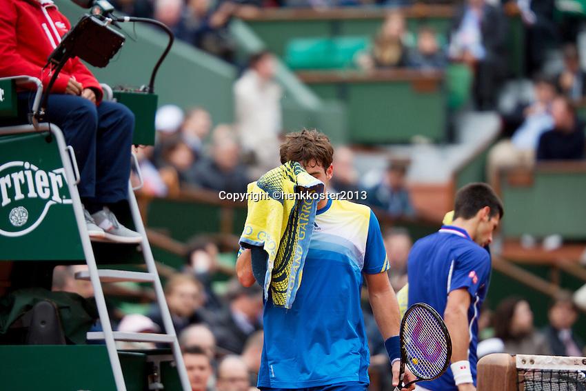 30-05-13, Tennis, France, Paris, Roland Garros,  Novak Djokovic and  Guido Fella(foreground) during changeover