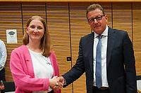 Der unterlegene Direktkandidat Stefan Sauer (CDU) gratuliert Siegerin Melanie Wegling (SPD) - Gross-Gerau 26.09.2021: Ergebnisse Bundestagswahl im Kreistag