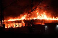 Feuer greift auch auf die Bahnlinie ueber - Gross-Gerau 02.10.2020: Grossbrand im Gross-Gerauer Gewerbegebiet Wasserweg bei NOX, XXXL Lutz und Spedition Dehn, emonline