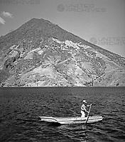 Ein Mann rudert auf dem Lago Atitlan, Guatemala 1970er Jahre. A man rowing on lake Atitlan, Guatemala 1970s.