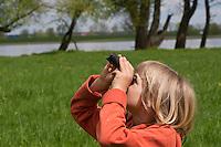 Junge, Kind mit Fernglas, beobachtet Vögel