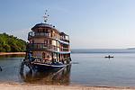 onction entre le canal de Jari, le fleuve Tapajos et le fleuve Arapuins. L'équipage manoeuvre le navire pour échouer sa proue dans le sable fin d'un blanc immaculé de la magnifique anse d'Urucurea.. Un endroit idyllique pour se baigner dans une eau qui doit friser les 28°C.