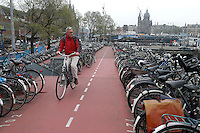 AMSTERDAM-HOLANDA- 22-04-2006. Aparcadero de bicicletas MacBike en  la Estación central de Amsterdam./. MacBike Central Station Eastpoint, Stationsplein, Ámsterdam. Photo: VizzorImage /STR
