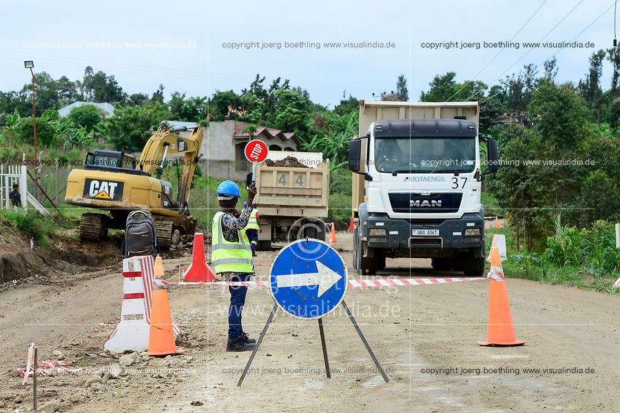 UGANDA, road construction by Motaengil  in rural area, road from Kasese to Mbarara / Strasse von Kasese nach Mbarara, Strassenbau vor dem Nationalpark Queen Elizabeth