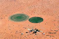 Kreisrundes Feld in der Wüste Kalahari: NAMIBIA, AFRIKA, 11.12.2018: Kreisrundes Feld in der Wüste Kalahari