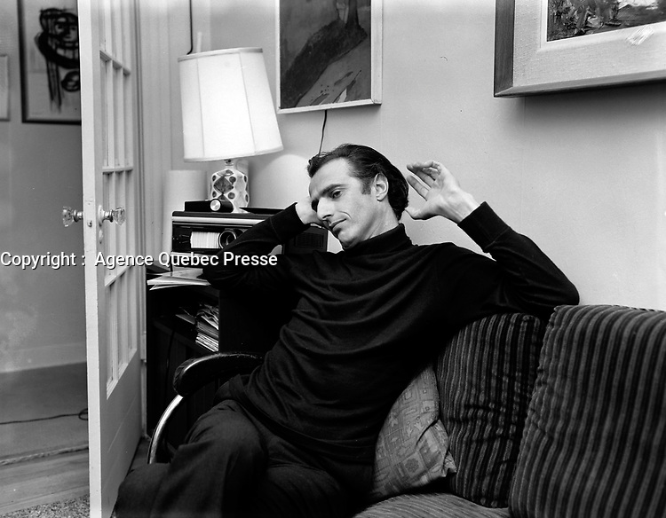Sujet : Gilles Vigneault<br /> Date : 8 octobre 1965<br /> <br /> © Agence Québec Presse, Fonds Photo Moderne