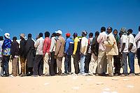 Tunisie RasDjir Camp UNHCR de refugies libyens a la frontiere entre Tunisie et Libye ..Tunisia Rasdjir UNHCR refugees camp  Tunisian and Libyan border  Queue pour le dejeuner ..Waiting for the lunch Campo profughi al confine tra Libia e Tunisia coda per il pranzo