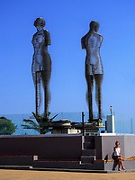 Bewegliche Skulpturen Ali und Nino am Hafen, Batumi, Adscharien - Atschara, Georgien, Europa<br /> mobile sculptures Nino and Ali, Batumi, Adjara,  Georgia, Europe