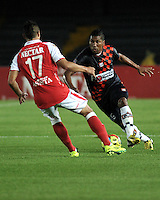 BOGOTA - COLOMBIA-11-05-2013: Daniel Torres (Izq.) jugador del Independiente Santa Fe disputa el balón con Luis Nuñez (Der.) de Boyaca Chico F.C., durante partido en el estadio Nemesio Camacho El Campin de la ciudad de Bogota, mayo 11 de 2013. Independiente Santa Fe y Boyaca Chico F.C., durante partido por la fecha 15 de la Liga Postobon I. (Foto: VizzorImage / Luis Ramirez / Staff). Daniel Torres (L) player of Independiente Santa Fe fights for the ball with Luis Nuñez (R) from Boyaca Chico F.C., during game in the Nemesio Camacho El Campin stadium in Bogota City, May 11, 2013. Independiente Santa Fe and Boyaca Chico F.C., during match for the round 15 of the Postobon League I. (Photo: VizzorImage / Luis Ramirez / Staff).