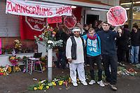 Am Freitag den 17. Oktober 2014 wurde der 46. jaehrige Ali M. (links im Bild) mit seinem Blumenladen in der Falkenseer Chaussee 239 in Berlin-Spandau von der EDEKA-Reichelt Gruppe zwangsgeraeumt. Trotz Gespraechsangeboten durch den Blumenladenbesitzer und Freunde, war die Marktleiterin nicht zu einem Einlenken zu ueberreden.<br /> Nachdem der Gerichtsvollzieher die Raeumung vollzogen hatte, ging der Mann auf das Dach eines nahegelegenen Wohnhauses und drohte damit Suizid zu begehen. Die Polizei war mit einem Sondereinsatzkommando (SEK) im Einsatz.<br /> 17.10.2014, Berlin<br /> Copyright: Christian-Ditsch.de<br /> [Inhaltsveraendernde Manipulation des Fotos nur nach ausdruecklicher Genehmigung des Fotografen. Vereinbarungen ueber Abtretung von Persoenlichkeitsrechten/Model Release der abgebildeten Person/Personen liegen nicht vor. NO MODEL RELEASE! Don't publish without copyright Christian-Ditsch.de, Veroeffentlichung nur mit Fotografennennung, sowie gegen Honorar, MwSt. und Beleg. Konto: I N G - D i B a, IBAN DE58500105175400192269, BIC INGDDEFFXXX, Kontakt: post@christian-ditsch.de<br /> Urhebervermerk wird gemaess Paragraph 13 UHG verlangt.]