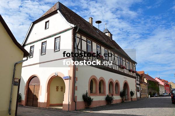 Rathaus Bechtolsheim mit Arkaden und Krüppelwalmdach, teilweise Fachwerkarbeiten aus der Renaissance (1592/93)