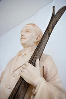 "Europe/Italie/Trentin Haut-Adige/Dolomites/Val-Gardena/Ortiséi:Sculpture sur bois du Val Gardena groupe d'Artistes ""Galaria Unika"" Statue de skieur"