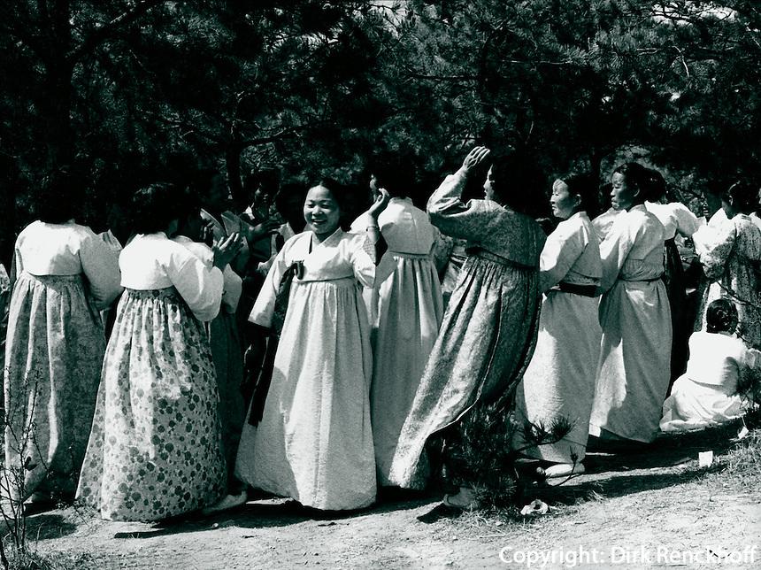 Koreaner in traditioneller Kleidung, Sunchon, Korea 1977