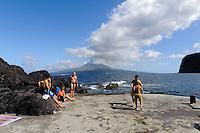 Strand von Praia do Almoxarife, Blick auf Pico,  auf der Insel Faial, Azoren, Portugal