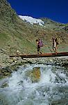 Montée vers le refuge de Mischabel (3335 m) au dessus de la vallée de Saas Fee