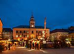 Deutschland, Bayern, Oberbayern, Berchtesgadener Land, Bad Reichenhall: Christkindlmarkt auf dem Rathausplatz vor dem Alten Rathaus | Germany, Bavaria, Upper Bavaria, Berchtesgadener Land, Bad Reichenhall: Christmas Market at Townhall Square in front of the Old Townhall