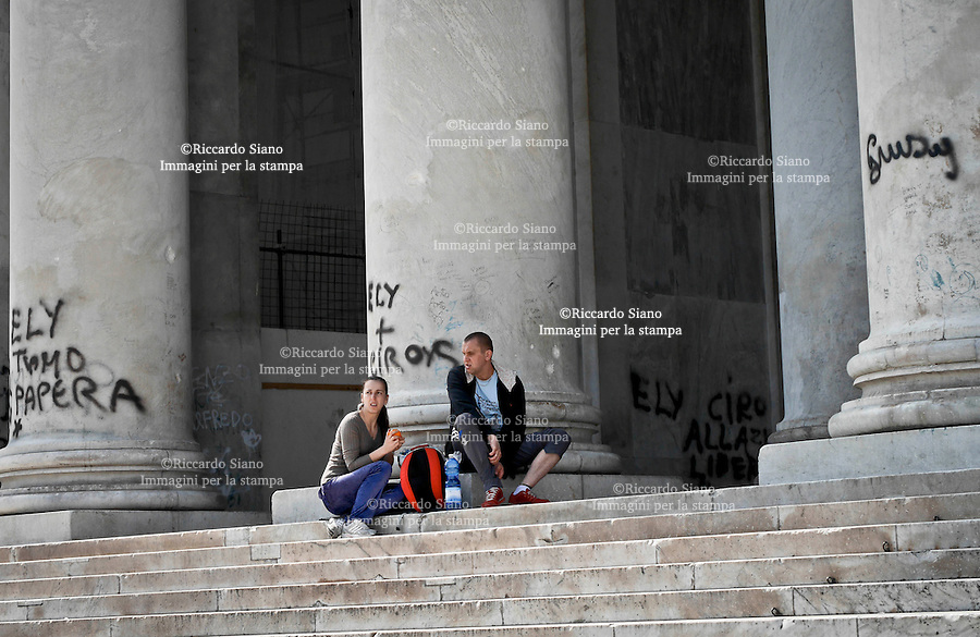 - NAPOLI 20 MAR  2014 - Piazza del Plebiscito, prigioniera dei vandali che con le bombolette spray hanno sporcato il colonnato da poco ripulito e durante il restauro ancora in atto