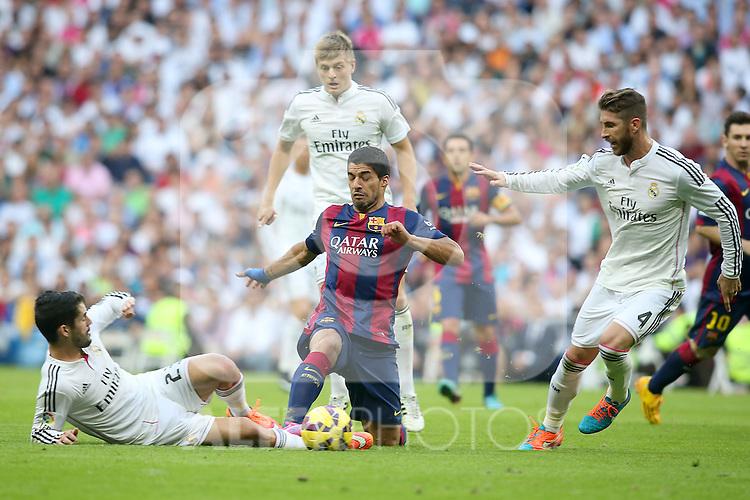 Real Madrid's Isco (l), Toni Kroos (c) and Sergio Ramos (r) and FC Barcelona's Luis Suarez during La Liga match.October 25,2014. (ALTERPHOTOS/Acero)
