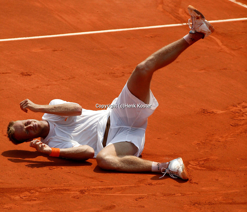 20030601, Paris, Tennis, Roland Garros, Martin Verkerk gaat volledig uit zijn dak nadat hij Schuettler heeft verslagen en zich heeft geplaatst voor de kwartfinale