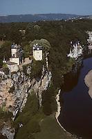 Europe/France/Midi-Pyrénées/46/Lot/Vallée de la Dordogne/Env Lacave: Le château de Belcastel et la vallée de la Dordogne - Vue aérienne