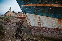 Europe/France/Bretagne/29/Finistère/Camaret: Épaves de langoustiers dans le port et la chapelle Notre-Dame-de-Rocamadour