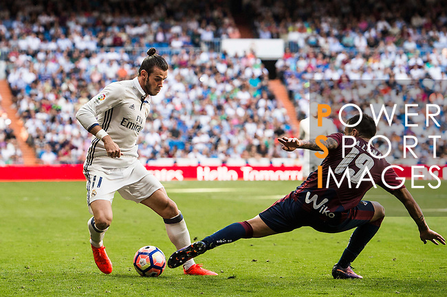 Gareth Bale of Real Madrid battles for the ball with A Luna of SD Eibar during their La Liga match between Real Madrid CF and SD Eibar at the Santiago Bernabéu Stadium on 02 October 2016 in Madrid, Spain. Photo by Diego Gonzalez Souto / Power Sport Images