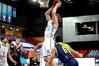 10-04-2021: Basketbal: Donar Groningen v ZZ Leiden: Groningen, Donar speler Henry Caruso onder de basket met Leiden speler Worthy de Jong