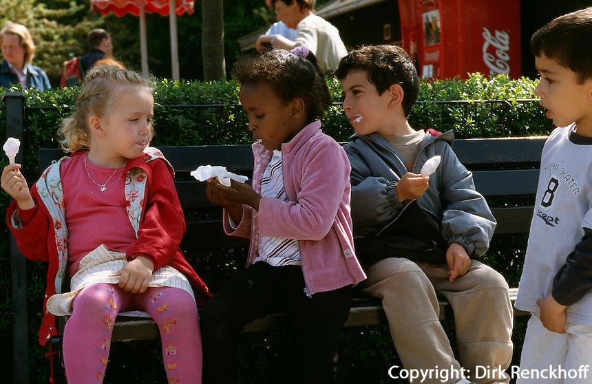 Daenemark, Kopenhagen, Kinder im Zoo