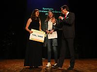 Gross-Gerau 15.03.2019: Sportlergala des Kreis Groß-Gerau<br /> Schauspielerin Leia Holtwick (Immenhof) ist als Mitglied des TV Groß-Gerau hessische Meisterin in der Leichtathletik über 200 Meter in der Halle (U18) und wird bei der Sportlergala des Kreises Groß-Gerau ausgezeichnet. Als Glücksfee fungiert sie bei der Verlosung und gratuliert der Gewinnerin <br /> Foto: Vollformat/Marc Schüler, Schäfergasse 5, 65428 R'eim, Fon 0151/11654988, Bankverbindung KSKGG BLZ. 50852553 , KTO. 16003352. Alle Honorare zzgl. 7% MwSt.