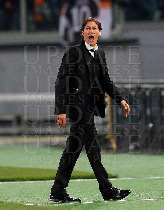 Calcio, Serie A: Roma vs Milan. Roma, stadio Olimpico, 9 gennaio 2016.<br /> Roma's coach Rudi Garcia gives indications to his players during the Italian Serie A football match between Roma and Milan at Rome's Olympic stadium, 9 January 2016.<br /> UPDATE IMAGES PRESS/Riccardo De Luca