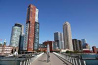 Nederland - Rotterdam- 2020. Rijnhaven. Brug vanaf Katendrecht naar de Wilhelminapier.   Foto ANP / Hollandse Hoogte / Berlinda van Dam