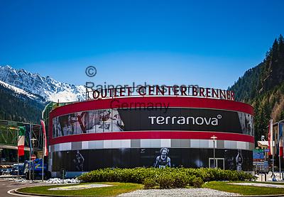 Italien, Suetirol (Trentino - Alto Adige), Brenner (Brennero): Outlet Center Brenner fuer Kleidung und Schuhe an der Brenner Bundesstrasse zwischen Tirol und Suedtirol | Italy, South Tyrol (Trentino - Alto Adige), Brennero; Outlet Center Brenner for clothes and shoes