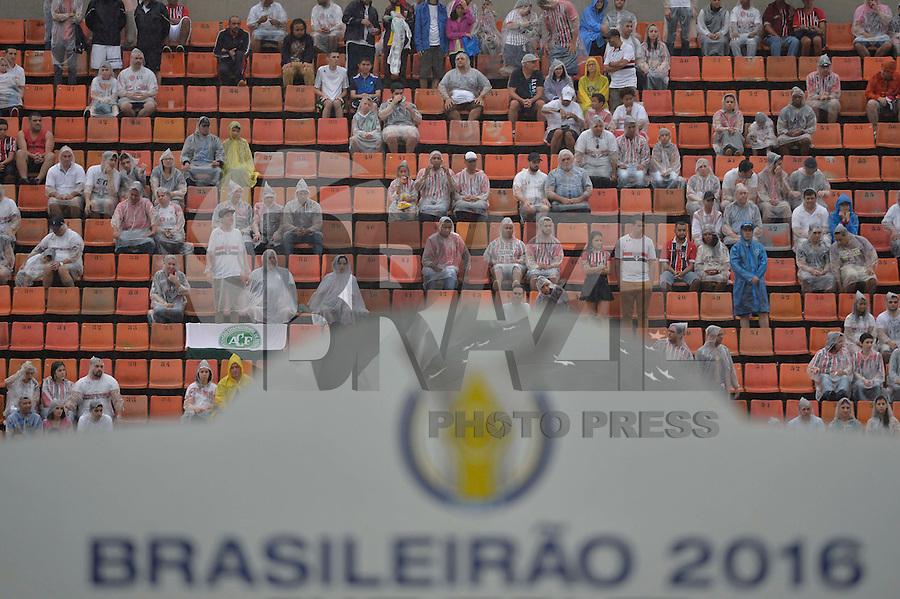 SÃO PAULO,SP, 11.12.2016 - SÃO PAULO-SANTA CRUZ - Homenagens à equipa da Chapecoense durante a partida do São Paulo contra o Santa Cruz, jogo válido pela trigésima oitava rodada do Campeonato Brasileiro 2016, no estádio do Pacaembu em São Paulo, neste domingo, 11. (Foto: Levi Bianco/Brazil Photo Press)