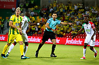 BUCARAMANGA - COLOMBIA - 11 - 02 - 2018: Never Manjarres (Cent.), arbitro, durante partido entre Atletico Bucaramanga y Once Caldas, de la fecha 2 por la Liga Aguila I 2018, jugado en el estadio Alfonso Lopez de la ciudad de Bucaramanga. / Never Manjarres (C), referee, during a match between Atletico Bucaramanga and Once Caldas, for the 2nd date for the Liga Aguila I 2018 at the Alfonso Lopez Stadium in Bucaramanga city Photo: VizzorImage  / Duncan Bustamante / Cont.