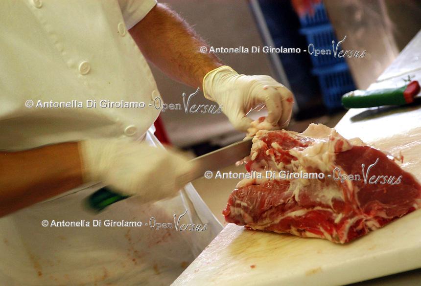 Preparazione carne di maiale. Preparing pork...