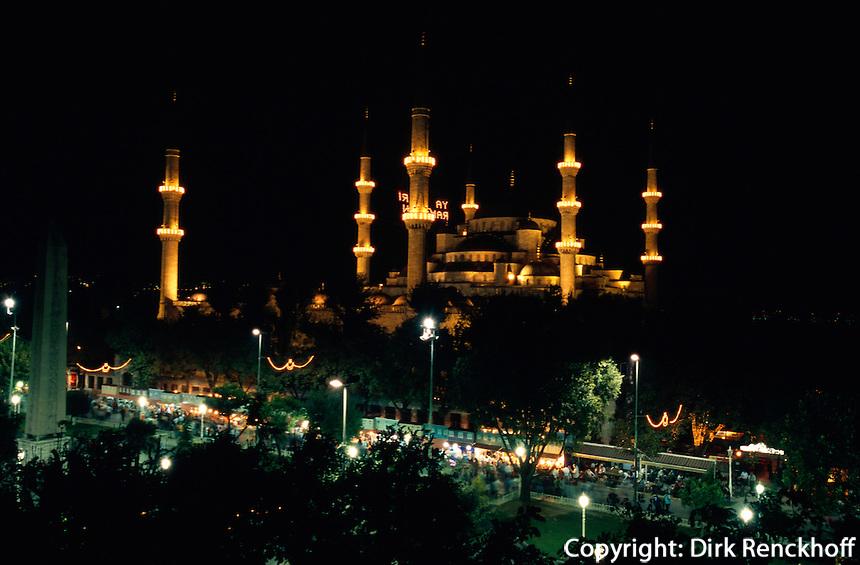 Türkei, Sultanahmet Moschee in Istanbul = Sultanahmet Camii = Blaue Moschee, erbaut 1609-1615 von Mehmet Aga, ein Schüler von Sinan, davor ist der Platz At Meydani, das ehemalige Hippodrom , Unesco-Weltkulturerbe