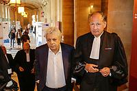 PROCES DE LA FILIALE LUXEMBOURGEOISE DE LA BANQUE LANDSBANKI AU PALAIS DE JUSTICE DE PARIS . SES DIRIGEANTS SONT POURSUIVIS POUR ESCROQUERIE AUX EMPRUNTS HYPOTHECAIRES ACCORDES A DES EPARGNANTS DONT LE CHANTEUR ENRICO MACIAS ICI AVEC ME EDOUARD DE LAMAZE , UN DE SES AVOCATS # ENRICO MACIAS AU PROCES POUR ESCROQUERIE DE LA FILIALE DE LA BANQUE LANDSBANKI