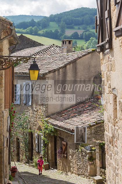 France, Midi-Pyrénées, Tarn (81), Penne: Ruelle du village médiéval  // France, Midi Pyrenees, Tarn,  Penne : Typical streets in the medieval village
