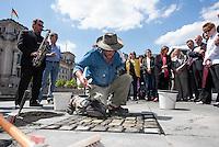 Der Koelner Bildhauer Gunter Demnig verlegte am Dienstag den 9. Juni 2015 am Spreeufer gegenueber des Reichstagsgebaeudes 10 Stolpersteine zum Gedenken am die von dort im Nationalsozialismus vertriebenen und spaeter ermordeten Juedinnen und Juden.<br /> An der Verlegung nahmen u.a. der Bundestagspraesident Lammert sowie Mitglieder mehrerer Bundestagsfraktionen teil.<br /> 9.6.2015, Berlin<br /> Copyright: Christian-Ditsch.de<br /> [Inhaltsveraendernde Manipulation des Fotos nur nach ausdruecklicher Genehmigung des Fotografen. Vereinbarungen ueber Abtretung von Persoenlichkeitsrechten/Model Release der abgebildeten Person/Personen liegen nicht vor. NO MODEL RELEASE! Nur fuer Redaktionelle Zwecke. Don't publish without copyright Christian-Ditsch.de, Veroeffentlichung nur mit Fotografennennung, sowie gegen Honorar, MwSt. und Beleg. Konto: I N G - D i B a, IBAN DE58500105175400192269, BIC INGDDEFFXXX, Kontakt: post@christian-ditsch.de<br /> Bei der Bearbeitung der Dateiinformationen darf die Urheberkennzeichnung in den EXIF- und  IPTC-Daten nicht entfernt werden, diese sind in digitalen Medien nach §95c UrhG rechtlich geschuetzt. Der Urhebervermerk wird gemaess §13 UrhG verlangt.]