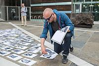 """Am Sonntag den 22. Juli 2018 fand in Berlin auf Initiative der Jugendorganisation """"Falken"""" vor der norwegischen Botschaft ein Gedenken an die Opfer des Massakers von Utoeya und Oslo statt. Der norwegische Rechtsextremist hatte am 22. Juli 2011 in Oslo mit einer Autobombe vor dem Parlament acht Menschen getoetet und anschliessen, als Polizist verkleidet, auf der Insel Utoeya 69 Jugendliche ermordet. Auf Utoeya fand ein Ferienlager der sozialistischen Jugendorganisation """"AUF"""" statt.<br /> Im Bild: Vor der Botschaft werden Portraits der 77 Opfer ausgelegt.<br /> 22.7.2018, Berlin<br /> Copyright: Christian-Ditsch.de<br /> [Inhaltsveraendernde Manipulation des Fotos nur nach ausdruecklicher Genehmigung des Fotografen. Vereinbarungen ueber Abtretung von Persoenlichkeitsrechten/Model Release der abgebildeten Person/Personen liegen nicht vor. NO MODEL RELEASE! Nur fuer Redaktionelle Zwecke. Don't publish without copyright Christian-Ditsch.de, Veroeffentlichung nur mit Fotografennennung, sowie gegen Honorar, MwSt. und Beleg. Konto: I N G - D i B a, IBAN DE58500105175400192269, BIC INGDDEFFXXX, Kontakt: post@christian-ditsch.de<br /> Bei der Bearbeitung der Dateiinformationen darf die Urheberkennzeichnung in den EXIF- und  IPTC-Daten nicht entfernt werden, diese sind in digitalen Medien nach §95c UrhG rechtlich geschuetzt. Der Urhebervermerk wird gemaess §13 UrhG verlangt.]"""