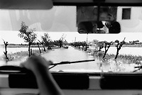 Philippines. Pampanga province. Minalin. Water flood near the town of Minalin. Bus and jeep on road. Rear-view mirror in a motor vehicle. 20.09.92 © 1999 Didier Ruef