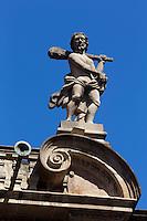 Espagne, Navarre, Pampelune, l'Hôtel de ville , Sur la toiture, deux Hercules contemplent la place, massue sur l'épaule  // Spain, Navarra, Pamplona, Town Hall , Two figures of Hercules with clubs over their shoulders overlook the square from the roof