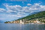 Italy, Veneto, Lake Garda, Torri del Benaco: small harbour at East Bank of Lake Garda with Scaliger Castle | Italien, Venetien, Gardasee, Torri del Benaco: kleiner Hafen am Ostufer des Gardasees mit einer Scaligerburg